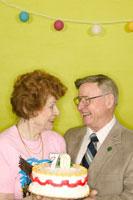 Couple celebrating a 70th birthday 11029000843| 写真素材・ストックフォト・画像・イラスト素材|アマナイメージズ