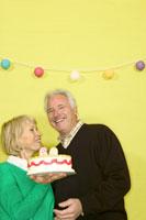 Couple celebrating a 70th birthday 11029000844| 写真素材・ストックフォト・画像・イラスト素材|アマナイメージズ