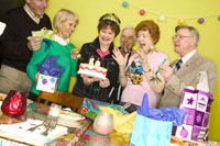 Group of friends celebrating birthday 11029000845  写真素材・ストックフォト・画像・イラスト素材 アマナイメージズ