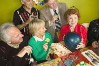 Woman holding ball as birthday present 11029000849| 写真素材・ストックフォト・画像・イラスト素材|アマナイメージズ