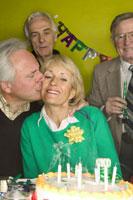 Senior couple celebrating a birthday 11029000850| 写真素材・ストックフォト・画像・イラスト素材|アマナイメージズ