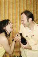 Couple opening bottle of champagne 11029000877  写真素材・ストックフォト・画像・イラスト素材 アマナイメージズ