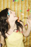 Woman and falling confetti 11029000879  写真素材・ストックフォト・画像・イラスト素材 アマナイメージズ