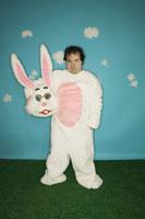 Man in Easter bunny costume 11029000885| 写真素材・ストックフォト・画像・イラスト素材|アマナイメージズ
