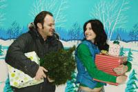 Couple carrying Christmas gifts 11029000889| 写真素材・ストックフォト・画像・イラスト素材|アマナイメージズ