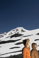 Couple standing on snow covered slope 11029001051| 写真素材・ストックフォト・画像・イラスト素材|アマナイメージズ