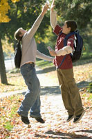 Two boys giving each other a high five 11029001812| 写真素材・ストックフォト・画像・イラスト素材|アマナイメージズ