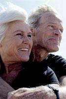 Senior couple hugging in wind 11029002089| 写真素材・ストックフォト・画像・イラスト素材|アマナイメージズ