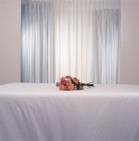 Bouquet of roses on white sheet 11029002508| 写真素材・ストックフォト・画像・イラスト素材|アマナイメージズ