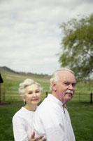 Senior couple walking 11029002601| 写真素材・ストックフォト・画像・イラスト素材|アマナイメージズ