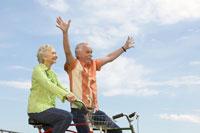 Senior couple riding bicycles 11029002618| 写真素材・ストックフォト・画像・イラスト素材|アマナイメージズ