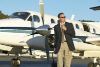 Businessman walking away from airplane 11029002699| 写真素材・ストックフォト・画像・イラスト素材|アマナイメージズ