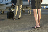 Businesspeople standing on runway 11029002702| 写真素材・ストックフォト・画像・イラスト素材|アマナイメージズ