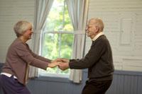 Senior couple dancing 11029002812| 写真素材・ストックフォト・画像・イラスト素材|アマナイメージズ