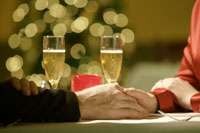 Close up of couple holding hands 11029002831| 写真素材・ストックフォト・画像・イラスト素材|アマナイメージズ