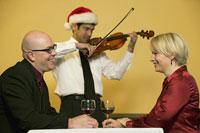 Waiter playing romantic music for couple 11029002843| 写真素材・ストックフォト・画像・イラスト素材|アマナイメージズ