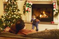 Couple sitting and watching children 11029002869| 写真素材・ストックフォト・画像・イラスト素材|アマナイメージズ