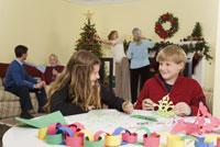 Teenagers making Christmas snowflakes 11029003164| 写真素材・ストックフォト・画像・イラスト素材|アマナイメージズ