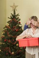 Husband surprising wife with gift 11029003167| 写真素材・ストックフォト・画像・イラスト素材|アマナイメージズ