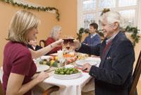Father and girl toasting at Christmas 11029003179| 写真素材・ストックフォト・画像・イラスト素材|アマナイメージズ