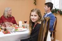 Teenage girl at Christmas dinner 11029003180| 写真素材・ストックフォト・画像・イラスト素材|アマナイメージズ