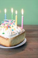 Birthday cake with lighted candles 11029003287  写真素材・ストックフォト・画像・イラスト素材 アマナイメージズ