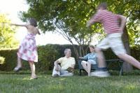 Family playing in backyard 11029003657| 写真素材・ストックフォト・画像・イラスト素材|アマナイメージズ