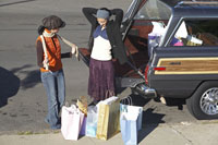 girls packing trunk with shopping bags 11029003777| 写真素材・ストックフォト・画像・イラスト素材|アマナイメージズ