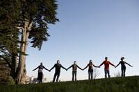 friends holding hands against blue sky 11029003790  写真素材・ストックフォト・画像・イラスト素材 アマナイメージズ