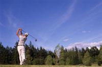 Man swinging golf club 11029003827| 写真素材・ストックフォト・画像・イラスト素材|アマナイメージズ