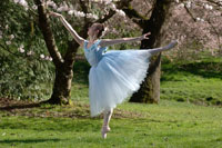 Ballerina dancing outdoors 11029003883| 写真素材・ストックフォト・画像・イラスト素材|アマナイメージズ