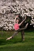 Ballerina leaping outdoors 11029003885| 写真素材・ストックフォト・画像・イラスト素材|アマナイメージズ