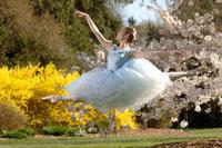 Ballerina leaping outdoors 11029003887| 写真素材・ストックフォト・画像・イラスト素材|アマナイメージズ