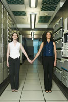 women holding hands in computer room 11029004146  写真素材・ストックフォト・画像・イラスト素材 アマナイメージズ
