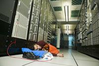 man sleeping on floor in computer room 11029004149  写真素材・ストックフォト・画像・イラスト素材 アマナイメージズ