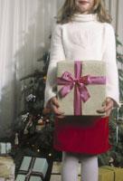 Girl holding Christmas gift 11029004581  写真素材・ストックフォト・画像・イラスト素材 アマナイメージズ
