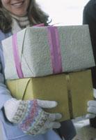 Woman carrying stack of gifts 11029004584  写真素材・ストックフォト・画像・イラスト素材 アマナイメージズ