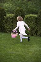 Girl looking for Easter eggs 11029004931  写真素材・ストックフォト・画像・イラスト素材 アマナイメージズ