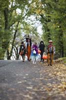 Children trick or treating on Halloween 11029005013| 写真素材・ストックフォト・画像・イラスト素材|アマナイメージズ