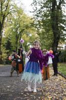Children trick or treating on Halloween 11029005015| 写真素材・ストックフォト・画像・イラスト素材|アマナイメージズ