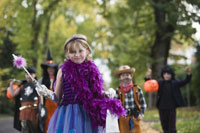 Children trick or treating on Halloween 11029005016| 写真素材・ストックフォト・画像・イラスト素材|アマナイメージズ