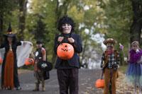 Children trick or treating on Halloween 11029005018| 写真素材・ストックフォト・画像・イラスト素材|アマナイメージズ