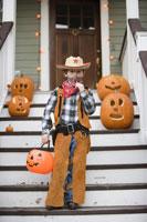 Young boy trick or treating on Halloween 11029005020| 写真素材・ストックフォト・画像・イラスト素材|アマナイメージズ