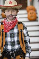 Young boy trick or treating on Halloween 11029005021| 写真素材・ストックフォト・画像・イラスト素材|アマナイメージズ