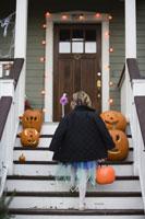 girl trick or treating on Halloween 11029005023| 写真素材・ストックフォト・画像・イラスト素材|アマナイメージズ