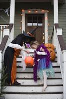girls trick or treating on Halloween 11029005024| 写真素材・ストックフォト・画像・イラスト素材|アマナイメージズ