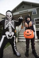 boys trick or treating on Halloween 11029005026| 写真素材・ストックフォト・画像・イラスト素材|アマナイメージズ