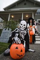 boys trick or treating on Halloween 11029005027| 写真素材・ストックフォト・画像・イラスト素材|アマナイメージズ