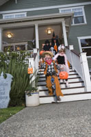 children trick or treating on Halloween 11029005030| 写真素材・ストックフォト・画像・イラスト素材|アマナイメージズ
