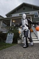child trick or treating on Halloween 11029005032| 写真素材・ストックフォト・画像・イラスト素材|アマナイメージズ